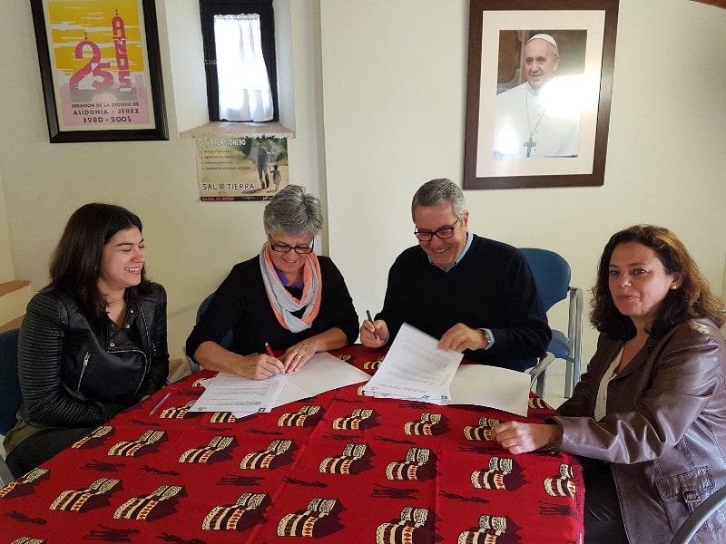 Convenio de colaboración entre Cáritas Diocesana y Siloé para la puesta en marcha del proyecto «Costurar, cantar e viver»